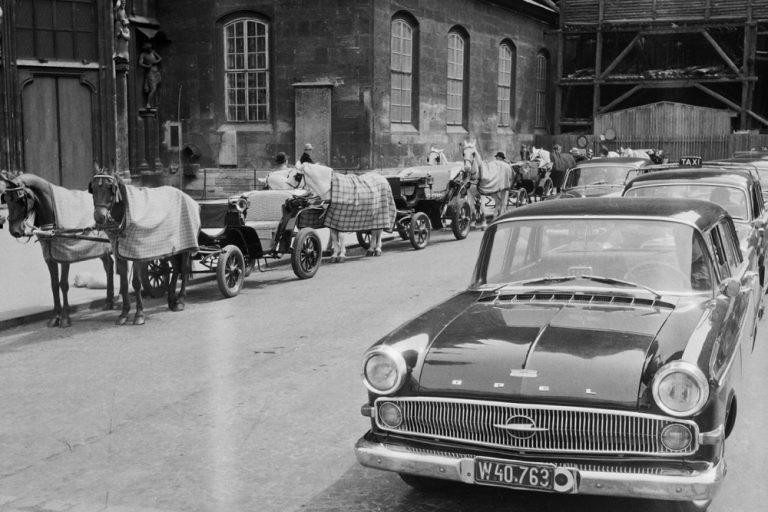 Fiaker und Autos am Stephansplatz