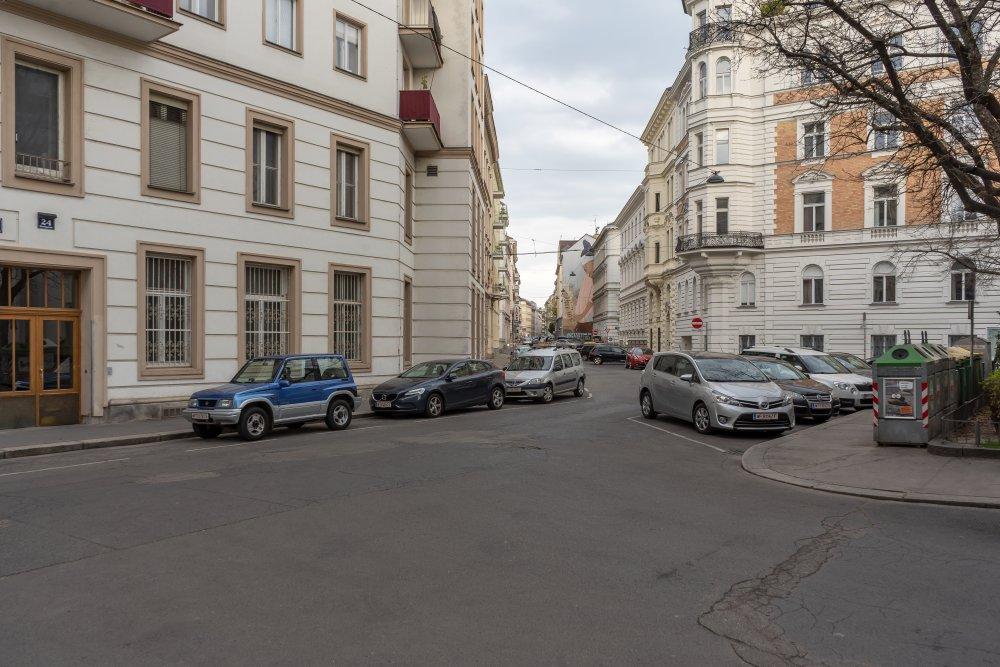 Strohgasse (nahe Rennweg): viel Asphalt zwischen schönen Häusern (3. Bezirk, Foto: 2020)