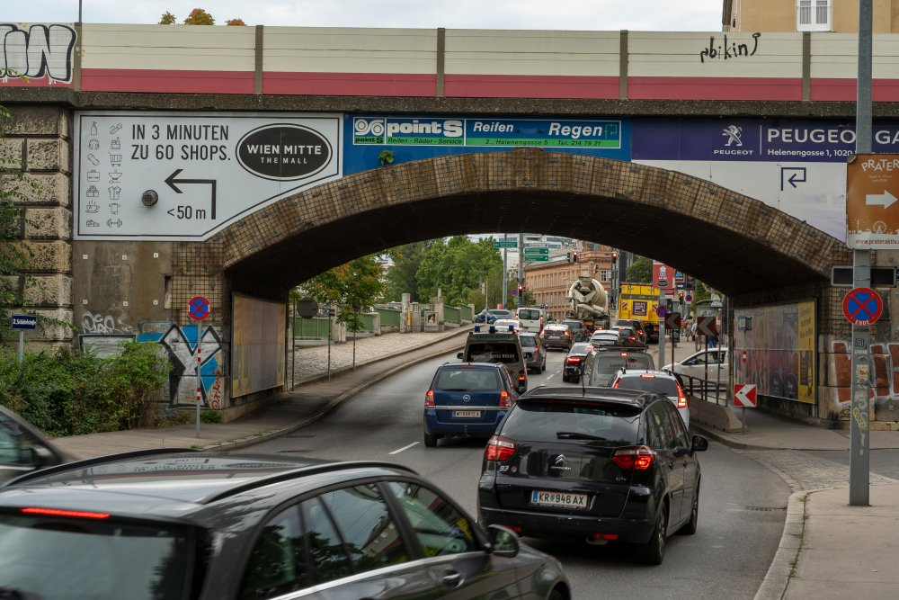 Untere Donaustraße: viel Verkehr neben Wohnhäusern (2. Bezirk, Foto: 2020)