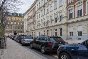 parkende Autos on der Begegnungszone in der Waltergasse, Wien-Wieden
