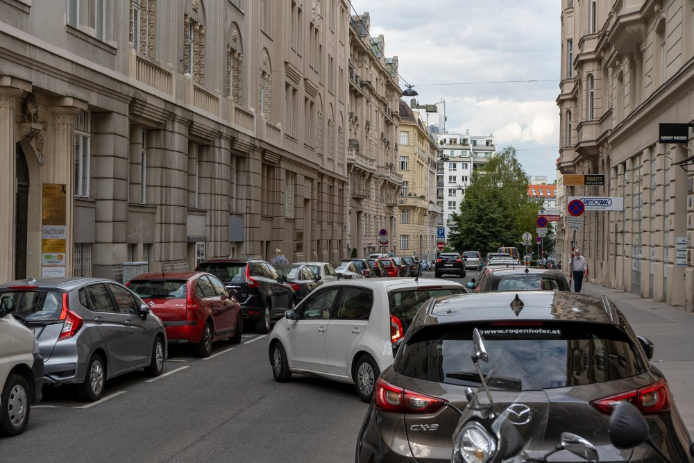 Weyrgasse zwischen Landstraße und Esteplatz: eine Fahr- und zwei Parkspuren für PKW (Foto: 2020)