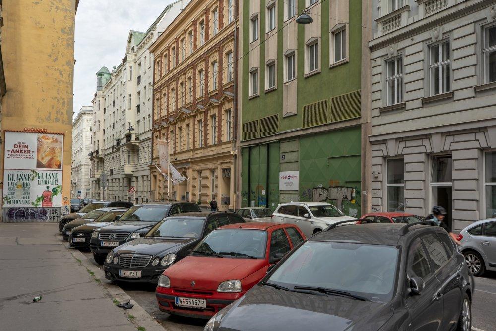 parkende Autos, Gründerzeithäuser, 8. Bezirk, Wien