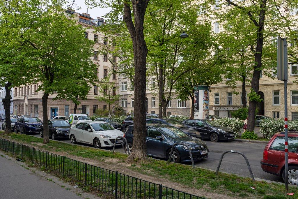Fahrbahn und Parkplätze durchschneiden den Zentaplatz im extrem dicht bebauten 5. Bezirk. (Foto: 2020)