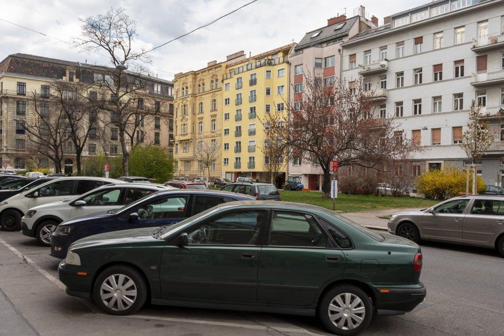 Ziehrerplatz: viele Parkplätze, viel Asphalt, viel Abstand zwischen Häusern und Grünflächen (Foto: 2020)