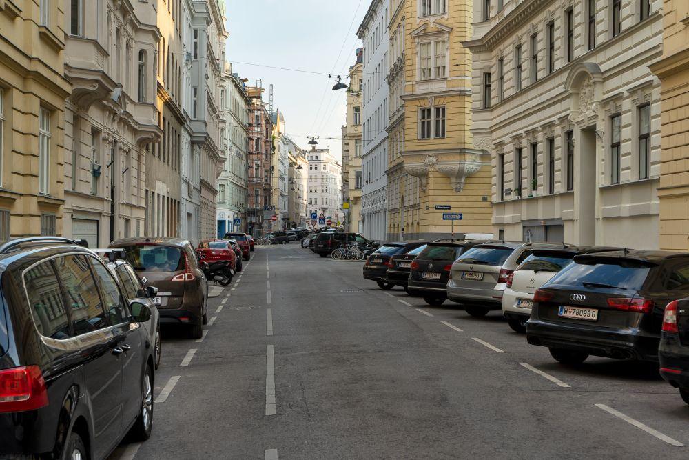 Gründerzeithäuser und parkende Autos in der Bechardgasse in Richtung Landstraßer Hauptstraße, 1030 Wien