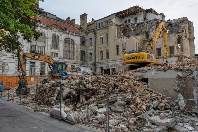 historische AKH-Klinik wird abgerissen, Alsergrund, Wien, Schutt, Bagger, Abbruch, Baustelle