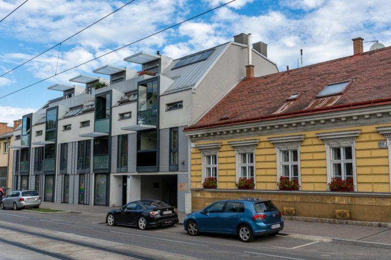 Neubau am Kagraner Platz in Wien-Donaustadt, daneben Gründerzeithaus mit Fassadendekor