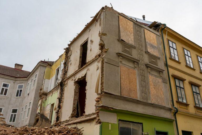 Abriss der Biedermeierhäuser Mariahilfer Straße 166-168 in Wien, Rudolfsheim-Fünfhaus, Bagger, Schutt, Baustelle, Karmeliterhofgasse