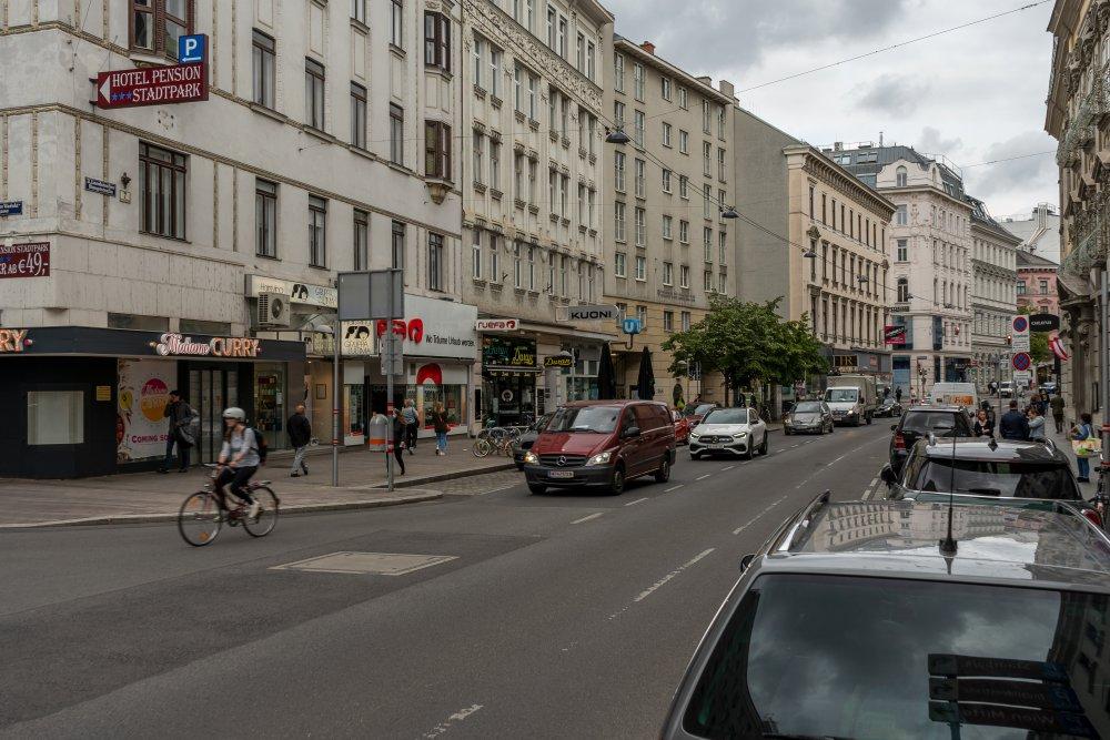 Landstraßer Hauptstraße nahe Wien Mitte, Autos, Verkehr, Häuserzeile