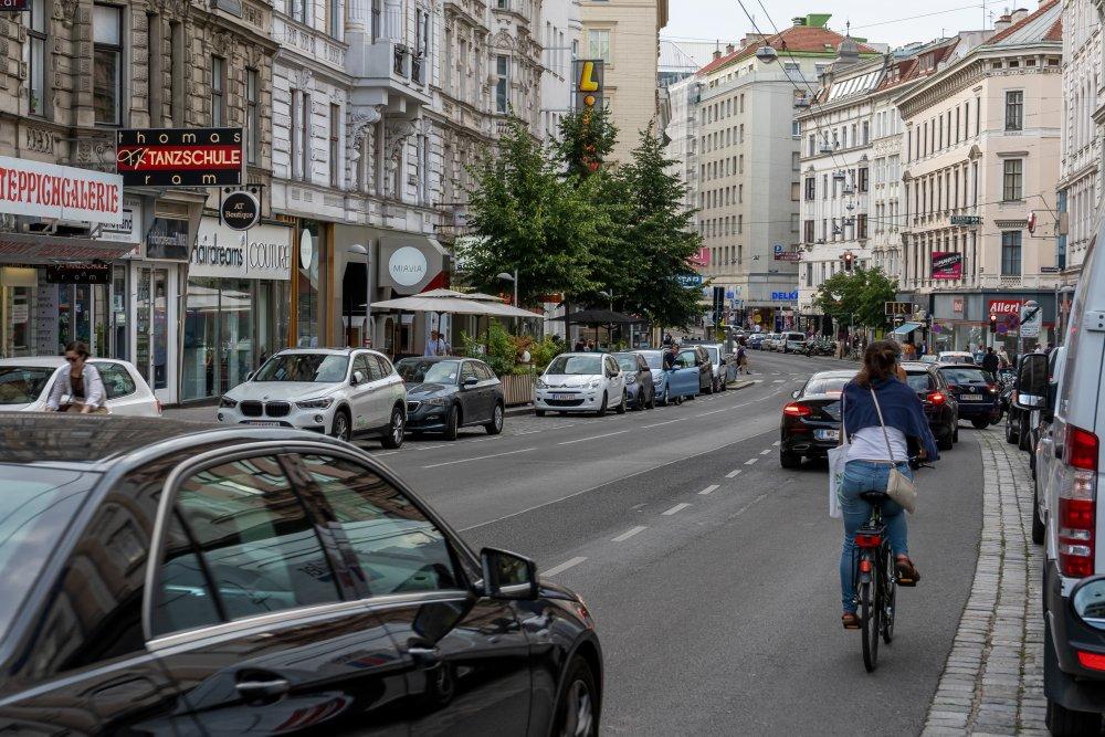 Radfahrer und Autos auf der Landstraße Hauptstraße, 1030 Wien