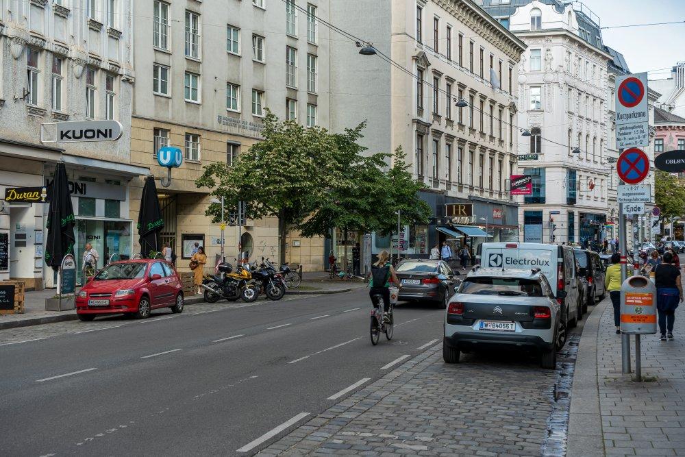 Radfahrer und Autos auf der Landstraßer Hauptstraße, Wien, 1030