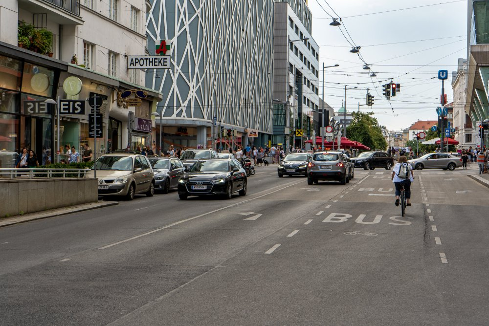 Landstraßer Hauptstraße mit Blick in Richtung Innere Stadt, Wien Mitte, Bahnhof