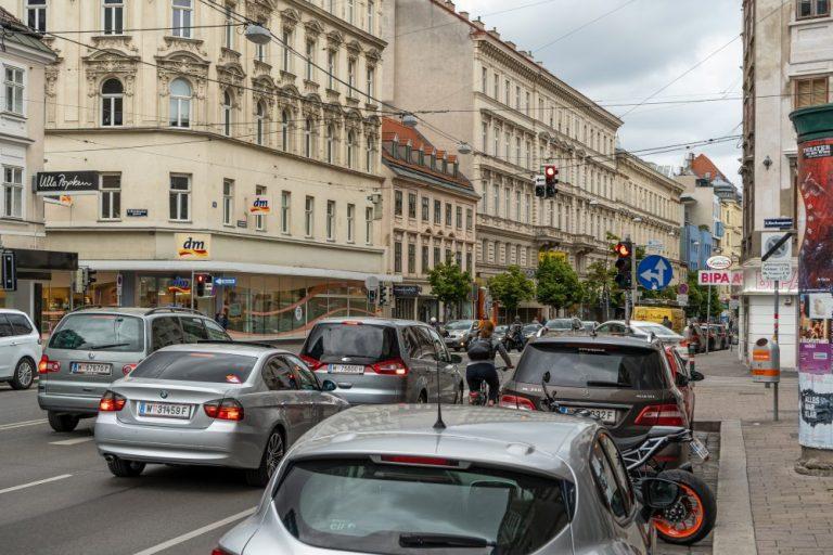 Autoverkehr und Radfahrerin in der Landstraßer Hauptstraße, Kundmanngasse, Rochusgasse, Autos, parkende Fahrzeuge, 1030 Wien