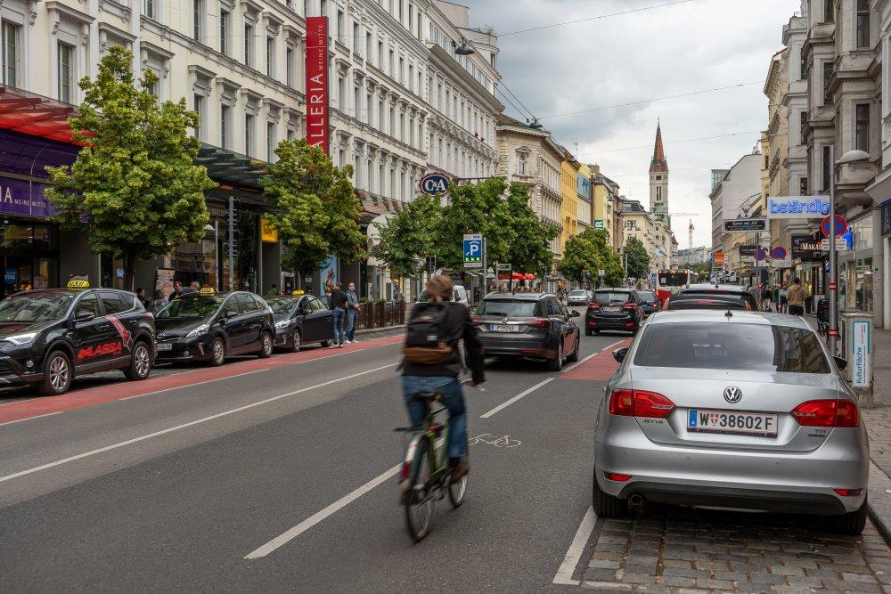 Gefährliches Radfahren zwischen fahrenden und parkenden PKW in der Landstraße, nahe Juchgasse (Foto: 2020)