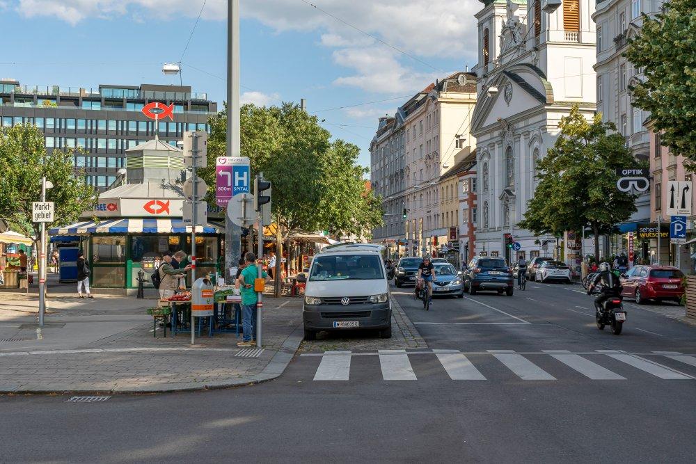 Landstraßer Hauptstraße beim Rochusmarkt: bis zu drei Fahr- und zwei Parkspuren für PKW (Foto: 2020)