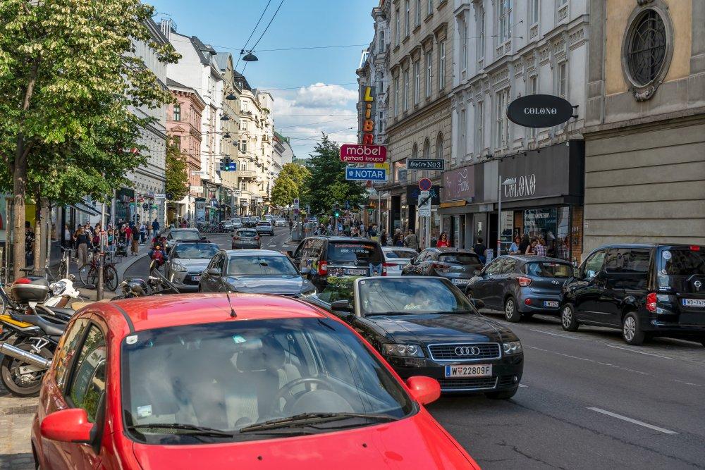 Verkehr auf der Landstraßer Hauptstraße, Autos, Bäume, Wien Mitte