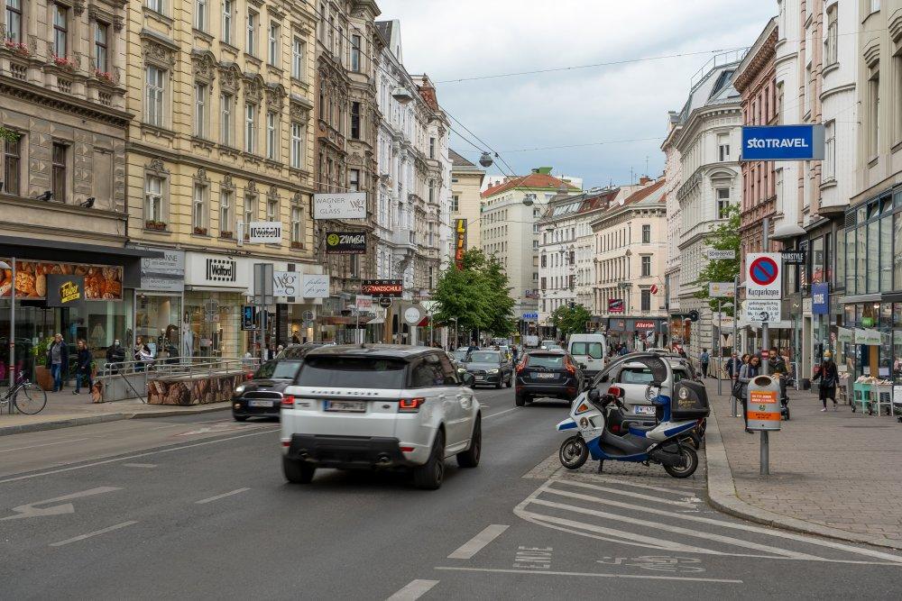 Autoverkehr auf der Landstraßer Hauptstraße, bei der Weyrgasse, 1030 Wien