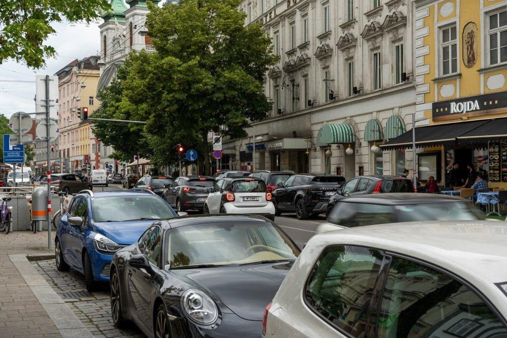 dichter Autoverkehr und viele Parkplätze beim Rochusmarkt (Foto: 2020)