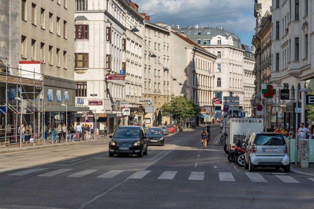 Landstraßer Hauptstraße, Invalidenstraße, Autos, Radfahrer