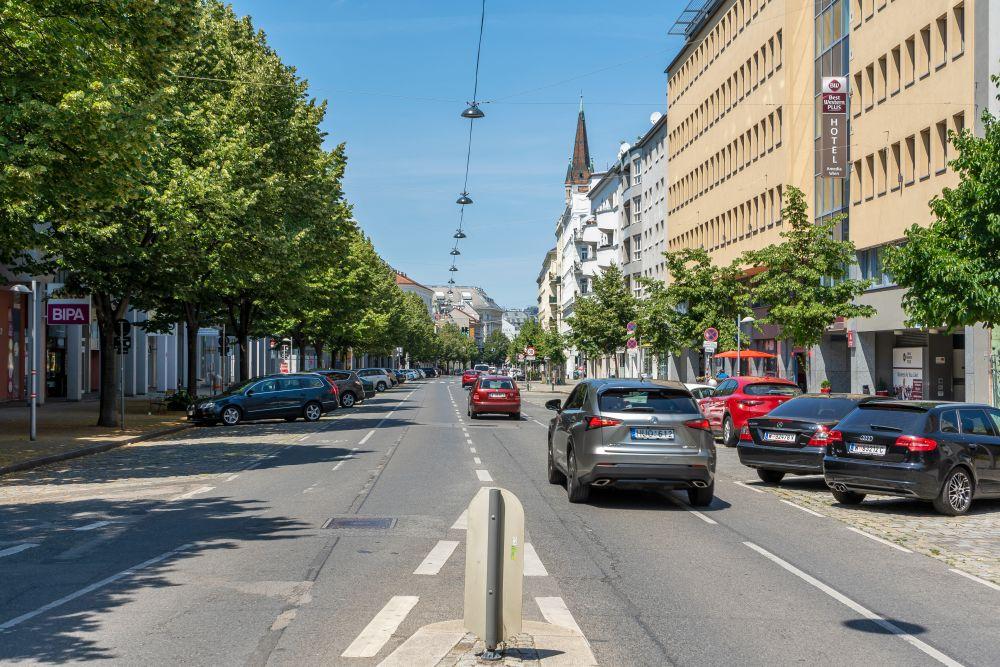 Landstraße nahe Schlachthausgasse: zwei Fahrspuren, bis zu zwei Parkspuren, kein baulich getrennter Radweg (Foto: 2020)