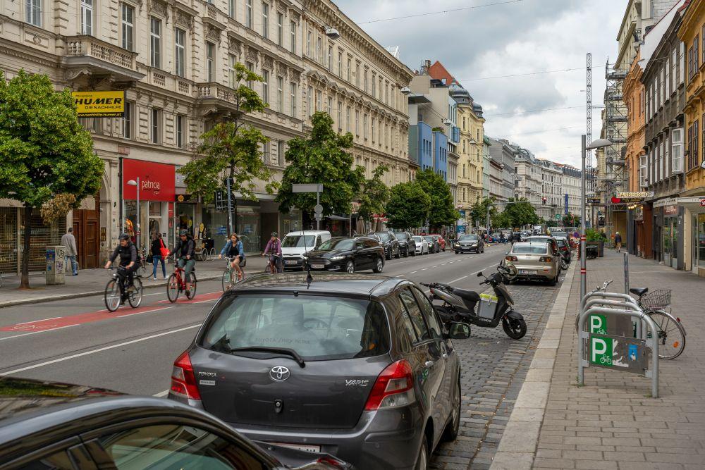 """Landstraßer Hauptstraße bei der U-Bahn-Station """"Rochusmarkt"""""""