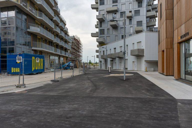 öffentlicher Raum im Seeparkquartier, Seestadt Aspern, Fußgängerzone, Asphalt, Baustelle