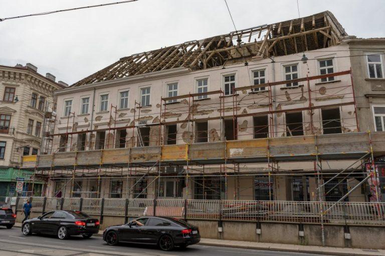 Abriss der Biedermeierhäuser Mariahilfer Straße 166-168 in Wien, Rudolfsheim-Fünfhaus, Bagger, Schutt, Baustelle