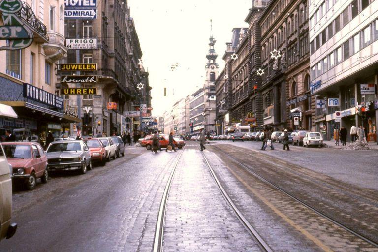Mariahilfer Straße mit breiter Fahrbahn, wenig Platz für Fußgänger, keine Bäume, 1980er, Wien