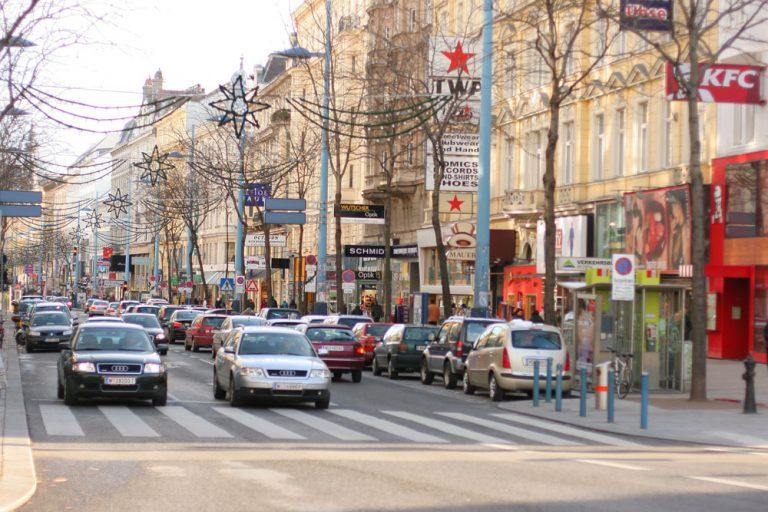 Mariahilferstraße mit bis zu vier PKW-Spuren, vor der Umgestaltung zur Begegnungszone, Wien