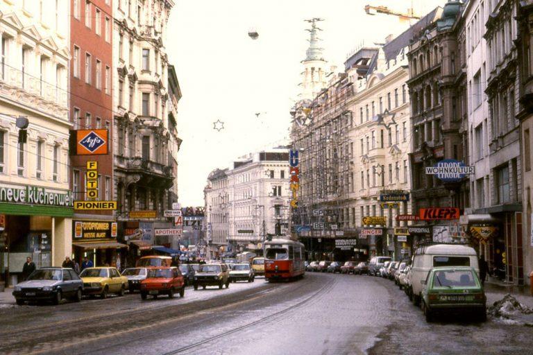 Mariahilfer Straße, Auto- und Straßenbahnverkehr in Richtung Innere Stadt, Analogaufnahme, 1980er, Neubau, Mariahilf, Wien