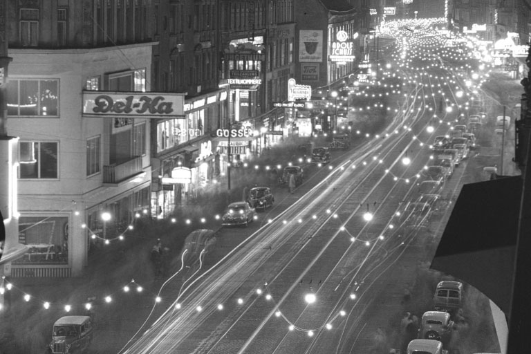 breite Fahrbahn auf der Mariahilferstraße, mit Weihnachtsbeleuchtung, historische Aufnahme, Wien