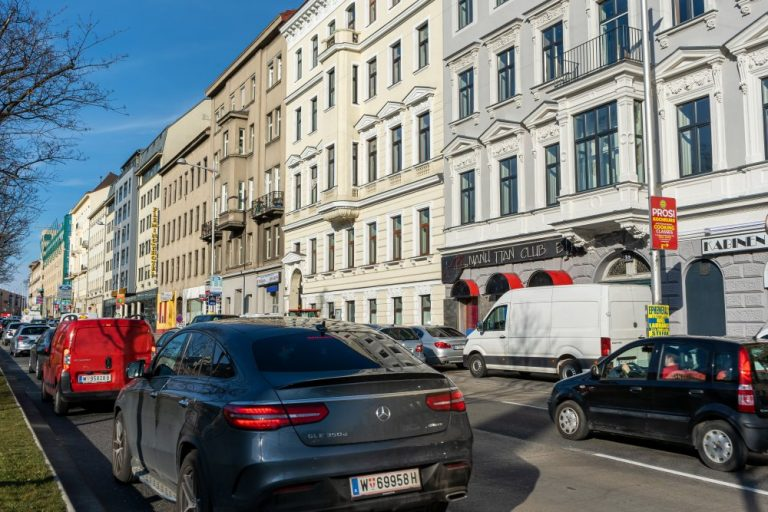 Dichter Autoverkehr am Neubaugürtel in 1070 Wien