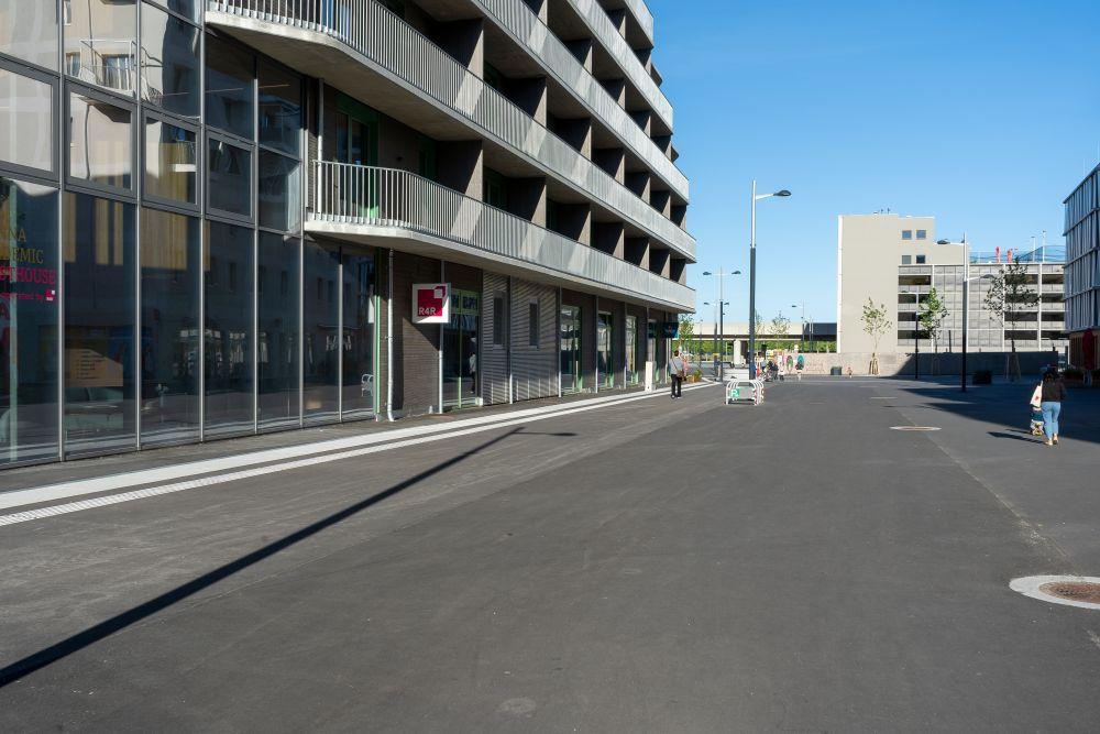 Fußgängerzone in der Seestadt Aspern, Neubauten, Asphalt, Wien-Donaustadt