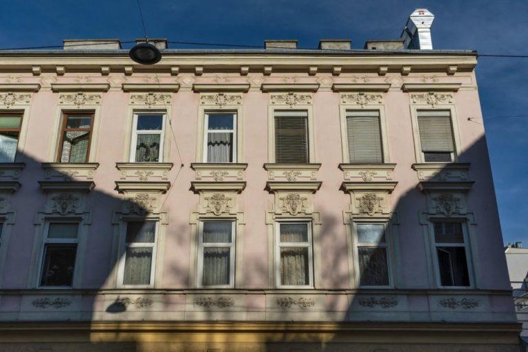Gründerzeithaus mit Fassadendekor in Kagran, bei der Wagramer Straße, Donaustadt, Wien