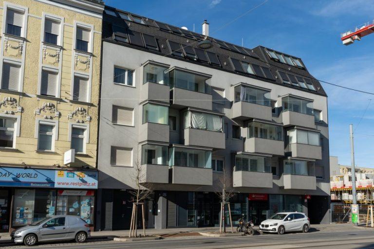 Neubau in Kagran, Donaustadt, Wien, links Gründerzeithaus, rechts Baustelle