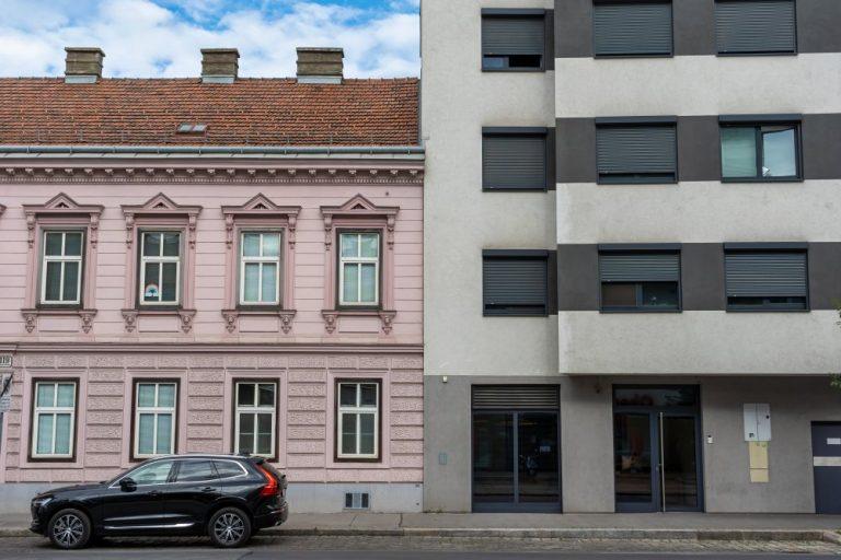 Gründerzeithaus neben Neubau in Kagran, Donaustadt, Wien