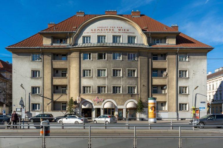 Gemeindebau der Zwischenkriegszeit an der Wagramer Straße, Wien-Donaustadt, Straßenbahnhaltestelle, Autos