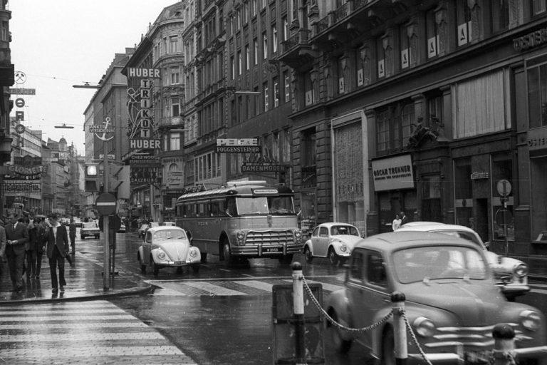 1967: Kärntner Straße beim Stock-im-Eisen-Platz mit Autoverkehr (Foto: Fortepan 50081, Nagy Gyula)