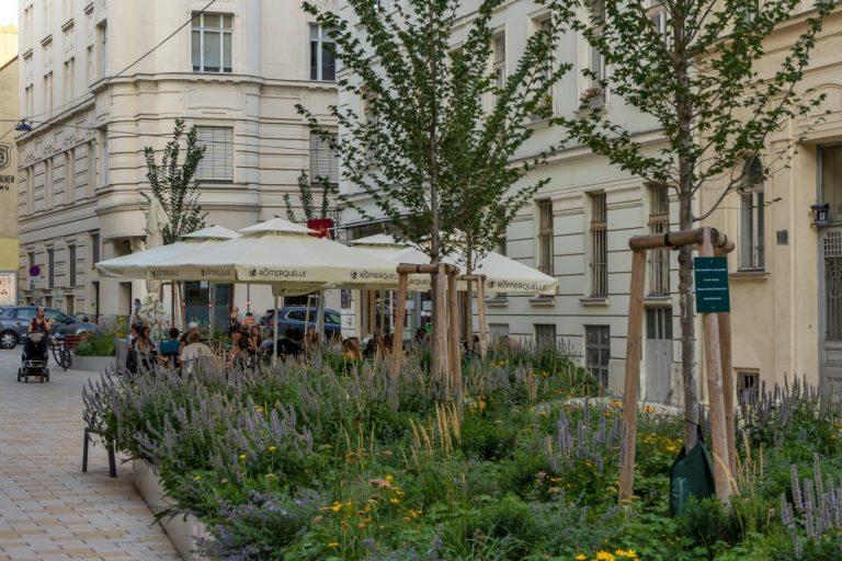 Begrünung in der Königsegggasse, Fußgängerzone, Wien-Mariahilf, Gründerzeithäuser, Schanigarten, Café Jelinek