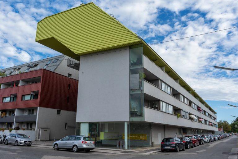 Wohngebäude in der Komzakgasse 21, Wien-Donaustadt, auffälliges Dach