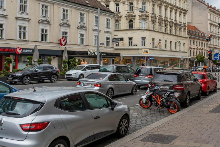 Landstraßer Hauptstraße bei der Kundmanngasse, fahrende und parkende Autos