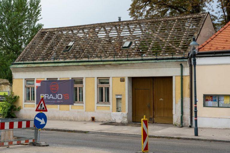 einstöckiges historisches Gebäude am Leopoldauer Platz 11 mit abgedecktem Dach, Abriss 2020 trotz Schutzzone, Wien-Floridsdorf