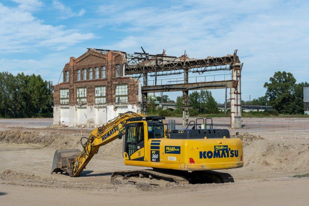 Ruine der Paukerwerke, historische Fabrik in Wien-Floridsdorf, Backsteinfassade, Abrissbagger im Vordergrund