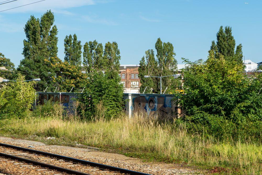 """Ruine der Paukerwerke, historische Fabrik in Wien-Floridsdorf, Backsteinfassade, Blick von der nahen S-Bahn-Station """"Siemensstraße"""""""