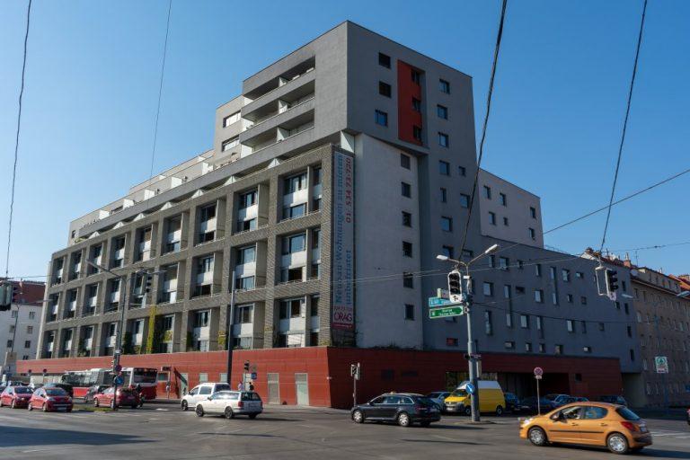 Neubau-Wohnhaus in Wien-Favoriten, Autos, Kabeln, Ampeln, Verkehr