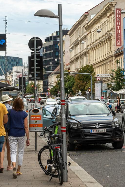 Straßenlaterne auf der Landstraßer Hauptstraße, Fußgänger, Fahrrad. Autos, Straße, Wien