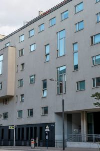 Neubau-Wohnhaus im Sonnwendviertel in Wien-Favoriten, Bushaltestelle, Straßenlaterne