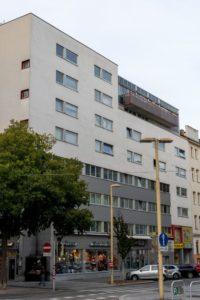 Wohnbau, Meidlinger Platzl, Meidlinger Hauptstraße, Baum, Autos, Straßenlaternen