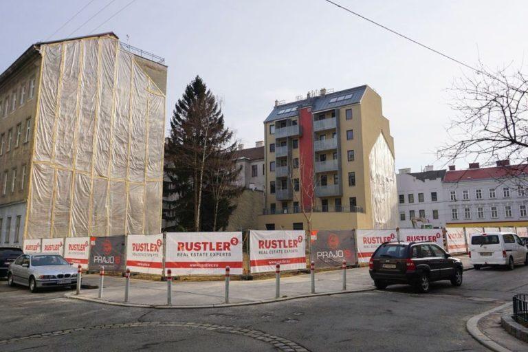 Bachgasse/Lindauergasse, leerer Bauplatz, nach Abriss von Gründerzeithäusern, Rustler, Autos, Häuser, Poller, Asphalt