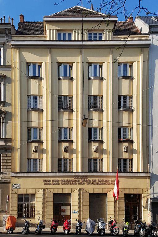 Fassade des Gemeindebaus Bernardgasse 38, angelehnt an den Jugendstil